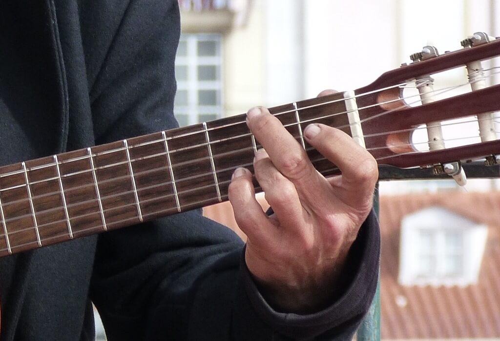Tocando acordes no violão